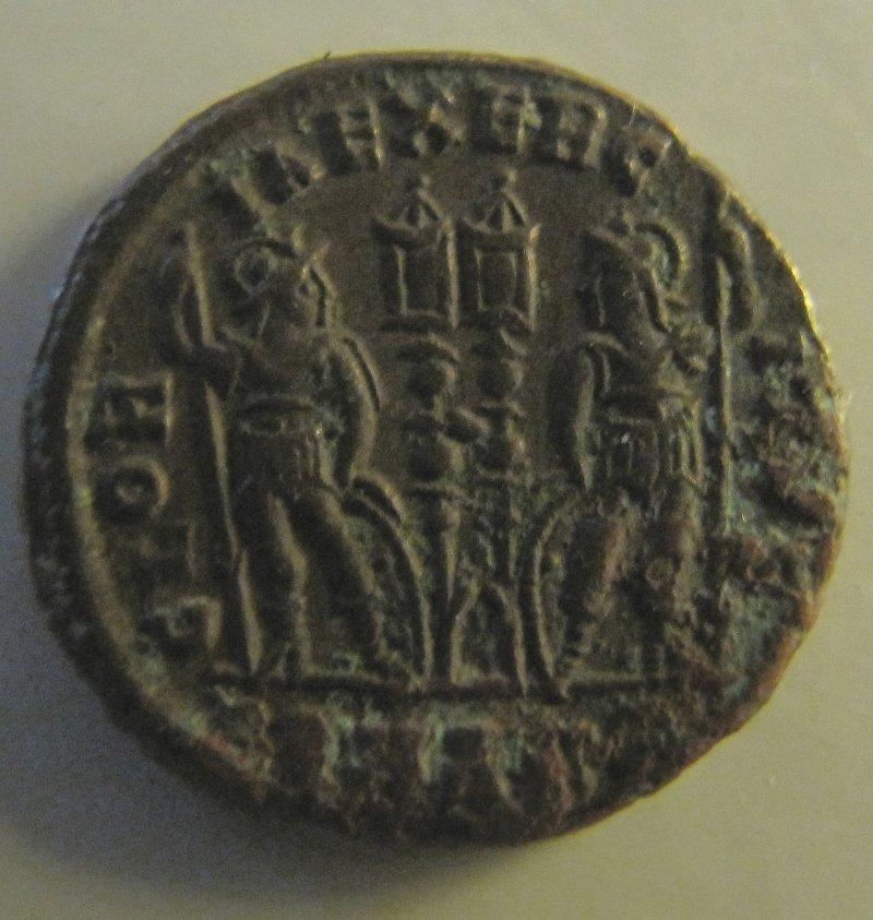AE3/4 - Gloria Exercitus - Costantino II - Rovescio