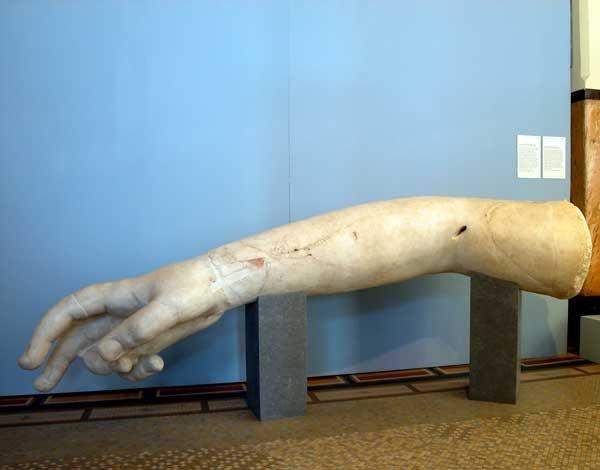 Statua colossale di divinità femminile: braccio destro