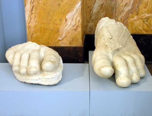 Statua colossale di divinità femminile: piedi