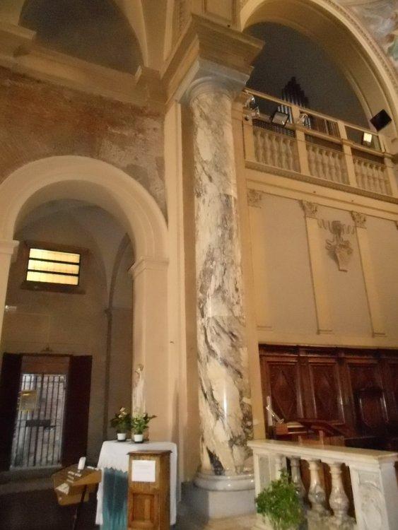 Altare maggiore con colonne in marmo africano alte circa 6 metri.JPG