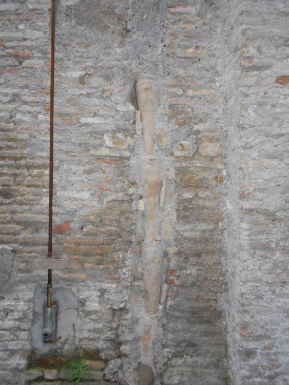 Canalette d' acqua immerse nel muro medioevale.JPG