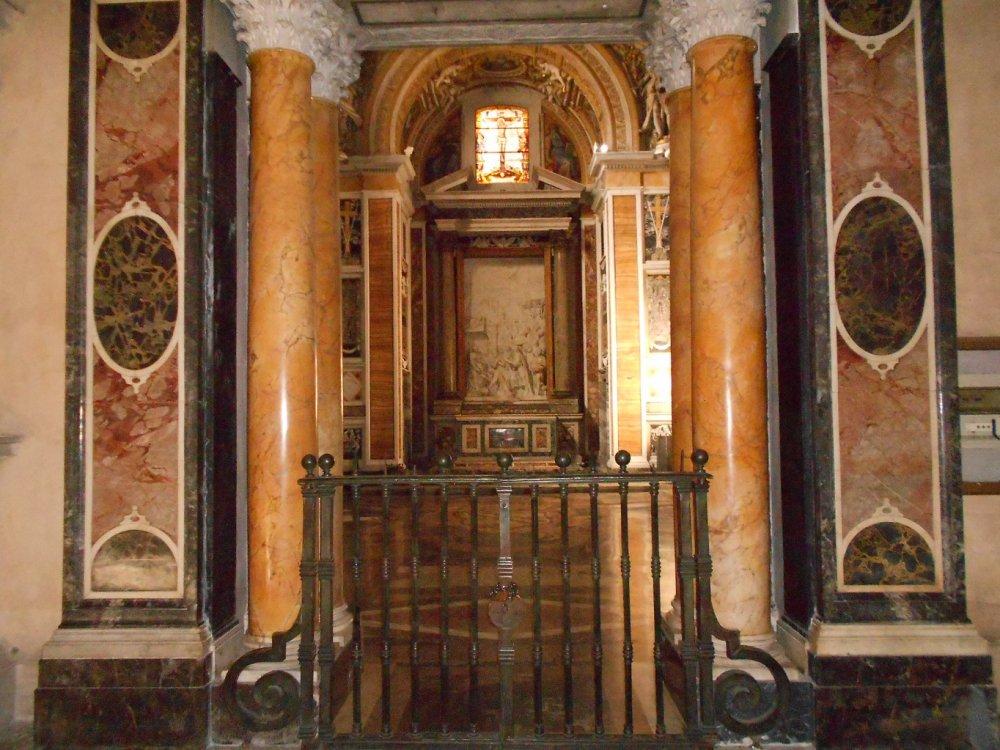 Cappella Caetani , magnifica per la ricchezza di marmi.JPG