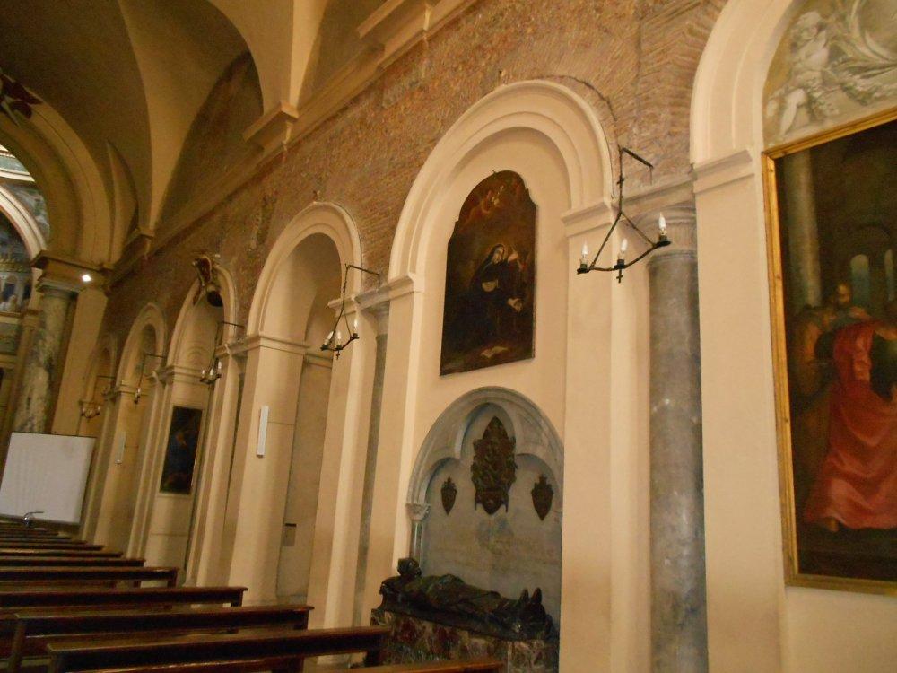 Colonnato antico destro che sorregge le antiche strutture.JPG
