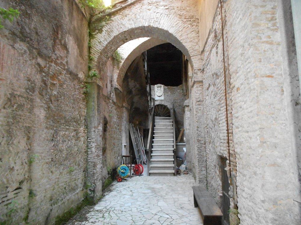 Cortile esterno medioevale di accesso alla Domus.JPG