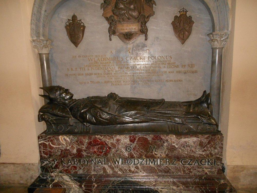 Sepolcro in grandezza naturale in marmo africano e statua in bronzo di Cardinale Polacco.JPG
