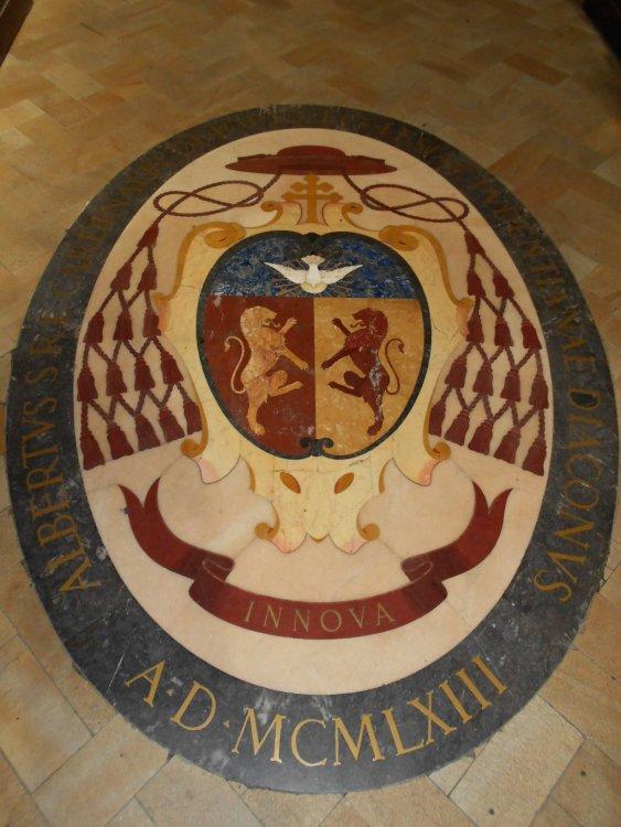 Stemma papale nella navata principale.JPG