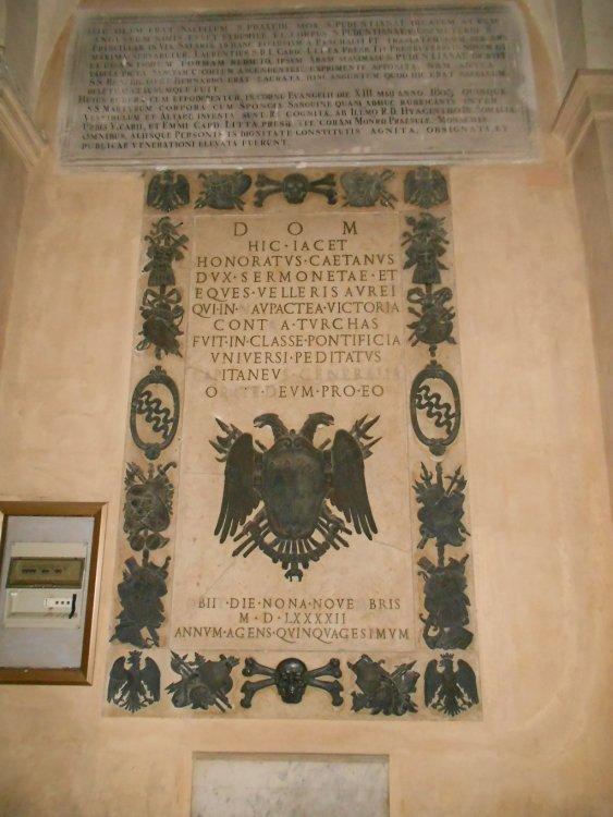 Tomba e lapide di Onorato Caetani che combatte contro i Turchi . Anno 1592.JPG