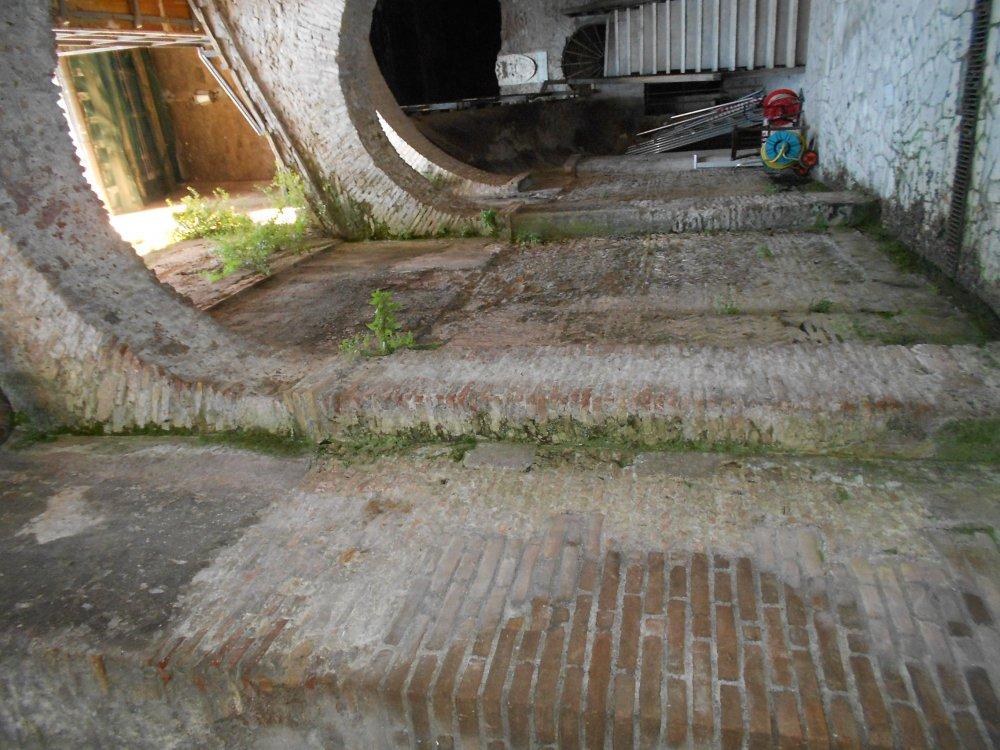 Cortile esterno medioevale di accesso alla Domus.2.JPG