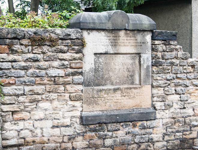 Lapide romana rinevenuta a Bridgeness e murata .jpg