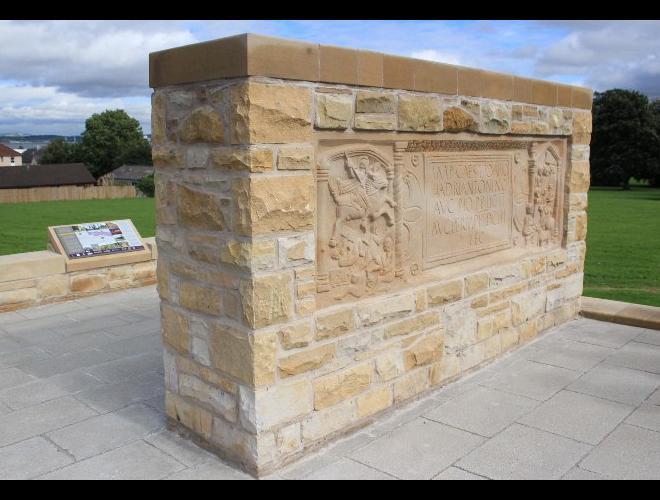 Lapide romana rinevenuta a Bridgeness e murata .3jpg.jpg