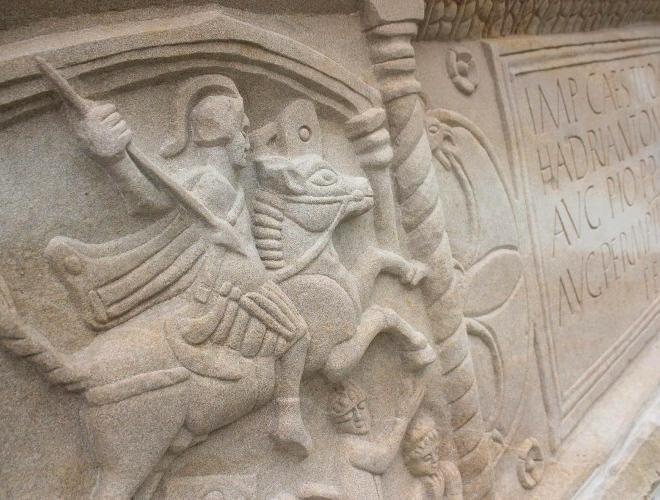 Lapide romana rinevenuta a Bridgeness e murata .4jpg.jpg