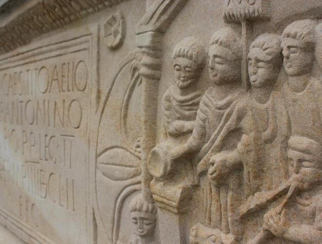 Lapide romana rinevenuta a Bridgeness e murata .5jpg.jpg