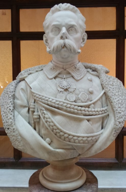 RM,policlinicoUmbertoI-busto scalone.JPG