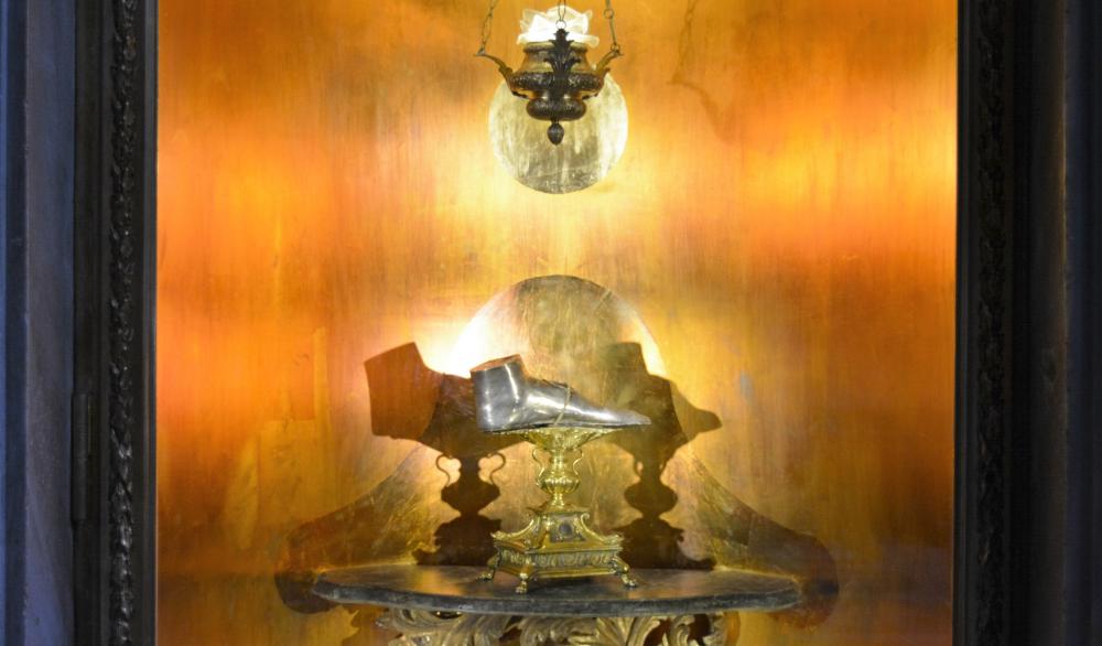 Manufatto rappresentante il piede di Maria Maddalena , cappella jpg.png