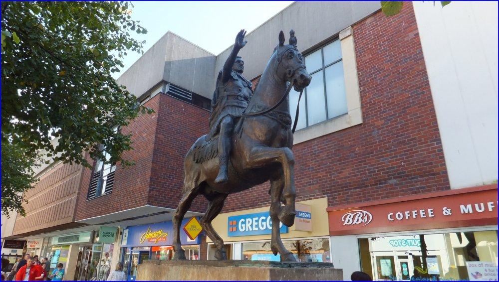 Statua equestre di Nerva a Gloucester.jpg