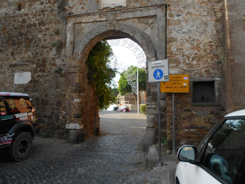 Ingresso e mura al quartiere del XV secolo.JPG