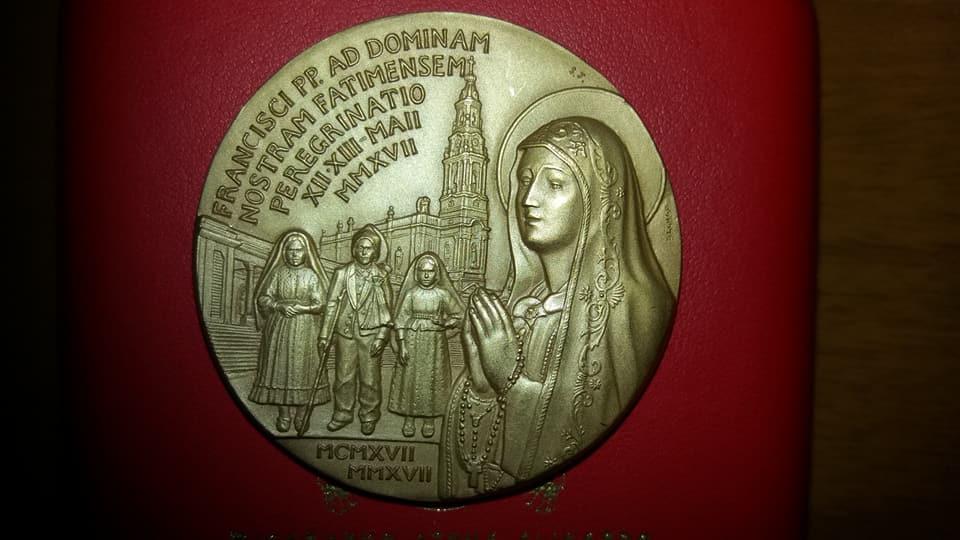 2017 centenario Fatima. Bronzo dorato, papa Francesco.jpg