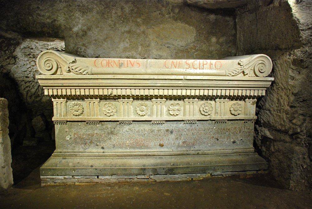 Sepolcro degli Scipioni , galleria interna con la copia del sarcofago di Barbato.jpg