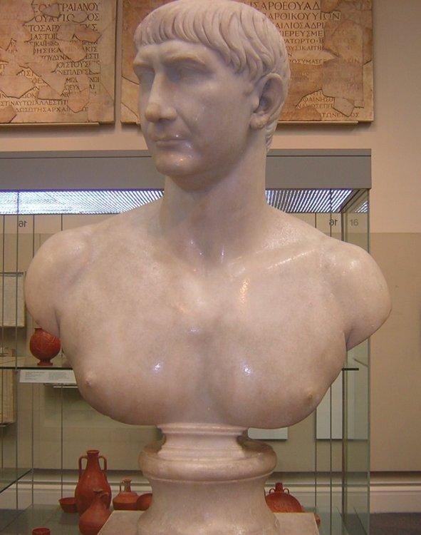 Traiano , busto in marmo da giovane.JPG