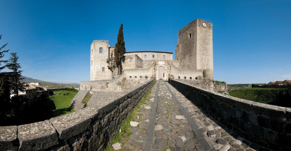 Castello di Melfi con il lungo ponte di accesso .jpg