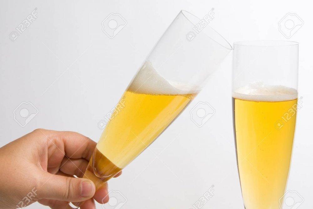 11308704-due-bicchieri-di-champagne-per-un-brindisi.jpg