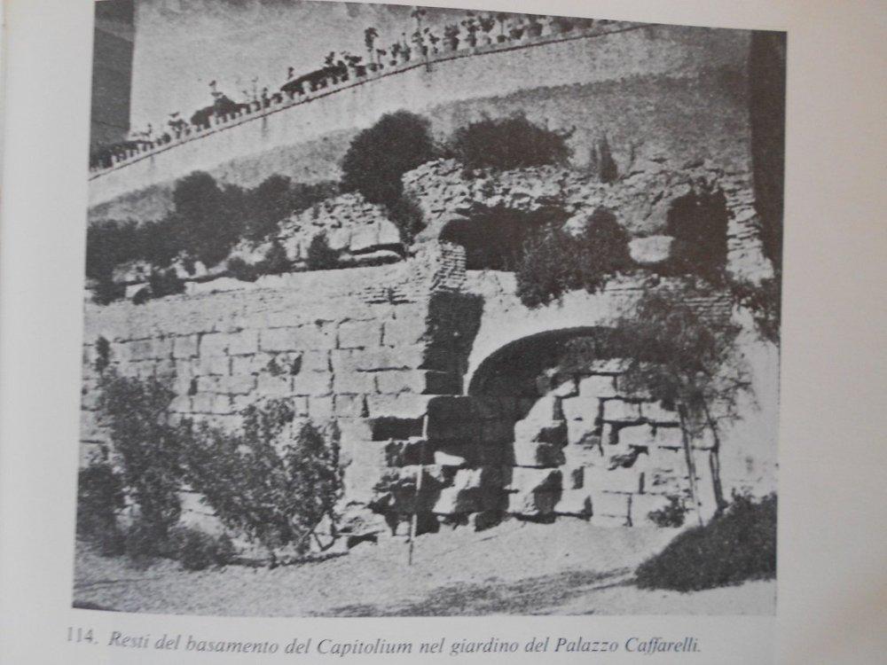 Basamento del Tempio nel giardino del Palazzo Caffarelli.JPG
