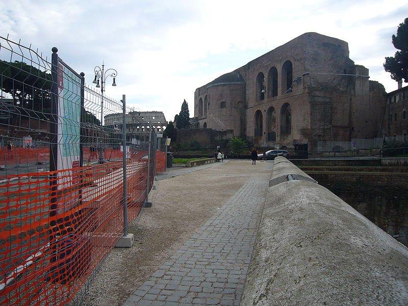 Via Alessandrina moderna verso la Basilica di Massenzio.jpg