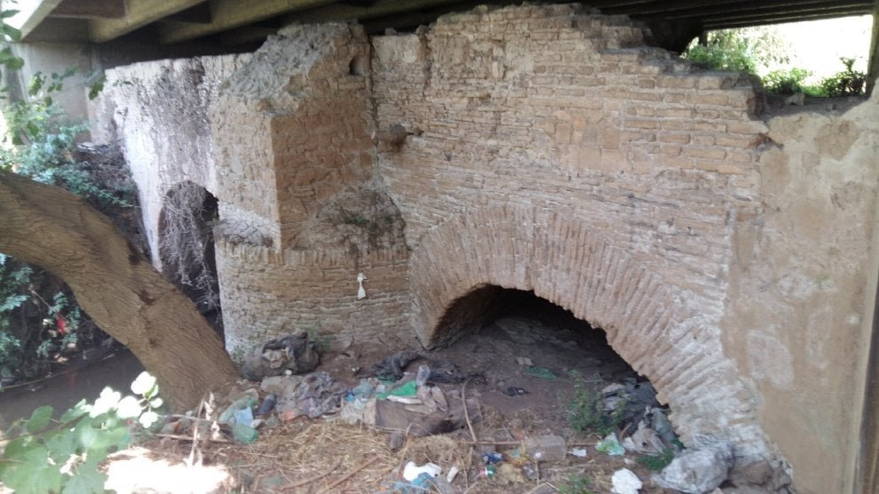 Ponte romano della Via Ostiense a tre arcate.bjpg.jpg