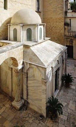 205 mausoleo di Boemondo a Canosa.jpg