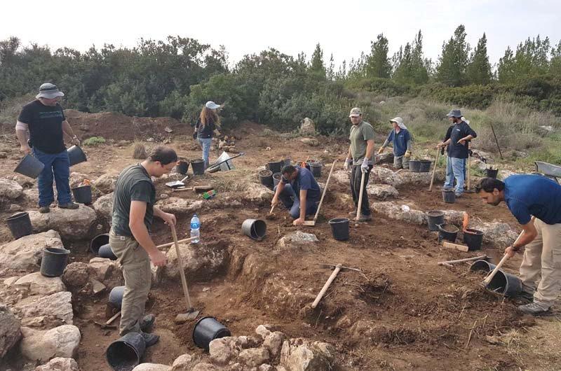 Young-volunteers-unearthing-the-fortress-floor.-2.jpg