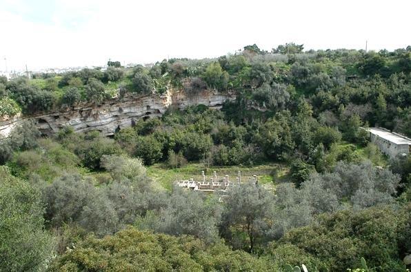 Molfetta_-_insediamenti_rupestri_presso_il_pulo.jpeg
