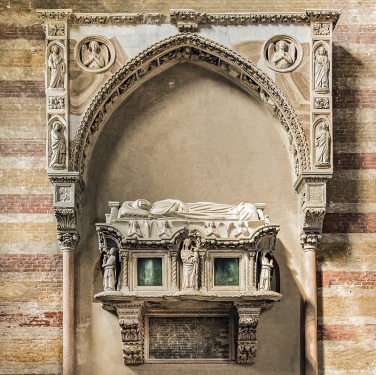 800px-Church_of_the_Eremitani_(Padua)_-_Interior_Tomb_of_Jacopo_II_da_Carrara.jpg