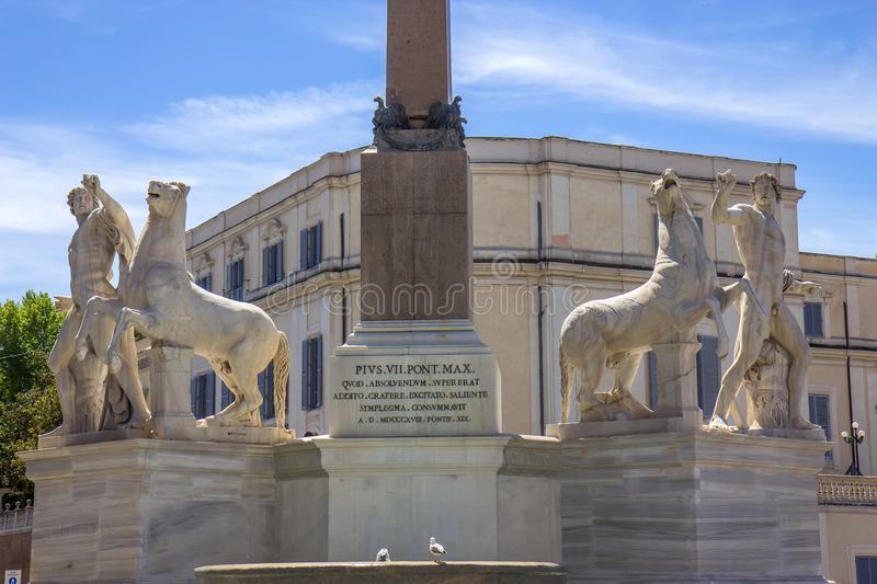 il-dei-dioscuri-di-fontana-con-le-statue-equestri-della-macchina-per-colata-continua-e-pollux-sulla-piazza-del-quirinale-roma-106944044.jpg